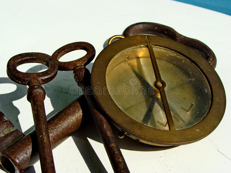 Compás de la marina de guerra del vintage y tres hierro sólido, llaves aherrumbradas Cierre para arriba imágenes de archivo libres de regalías