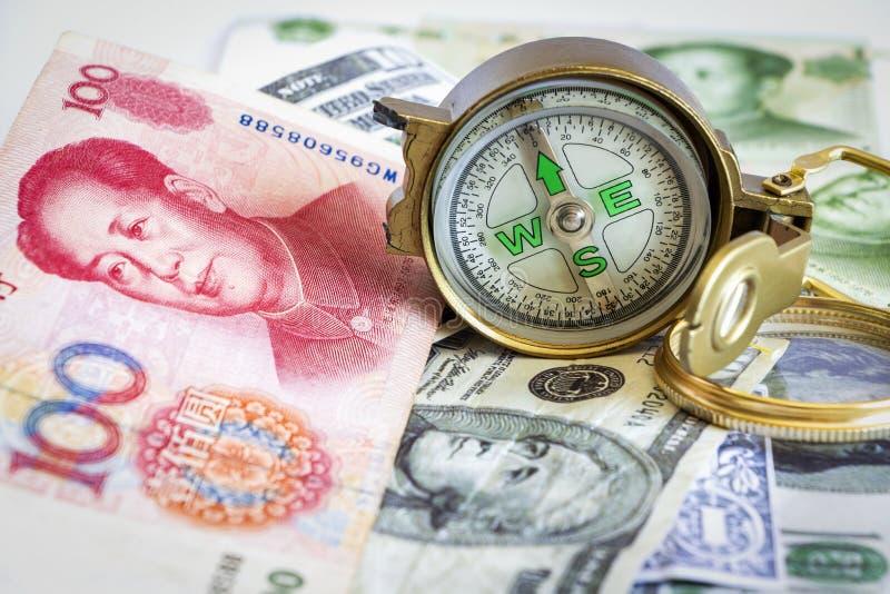 Compás defectuoso puesto en los billetes de banco del dólar y del yuan La oficina de la C foto de archivo libre de regalías