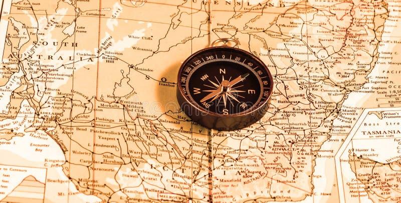 Compás del vintage sobre mapa fotos de archivo libres de regalías