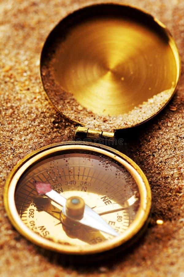 Compás en la arena fotografía de archivo libre de regalías