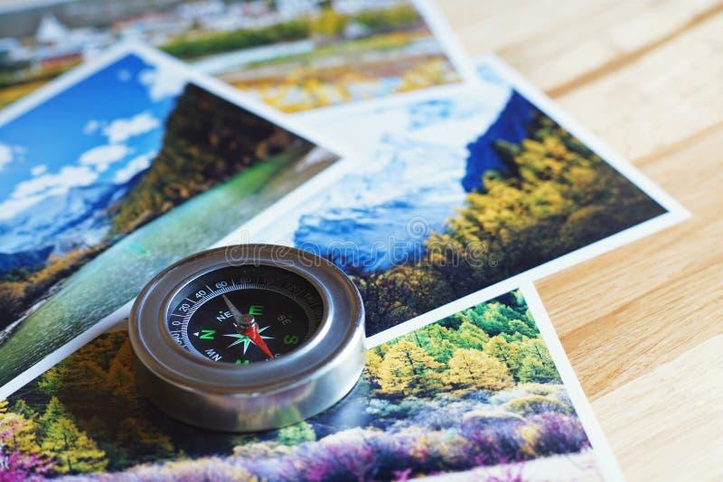 Compás en la fotografía de la naturaleza de la falta de definición del destino turístico popular en el fondo del otoño, concepto  imagenes de archivo