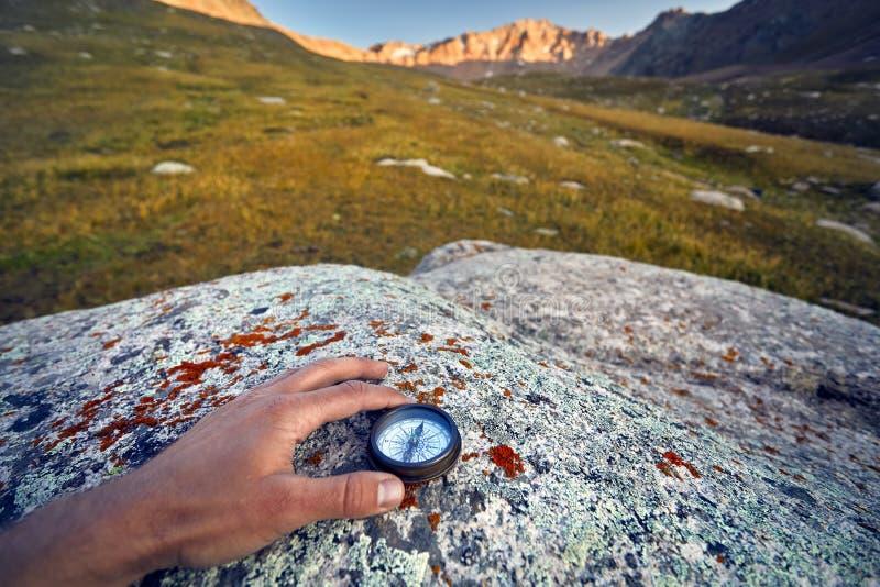 Compás en las montañas foto de archivo