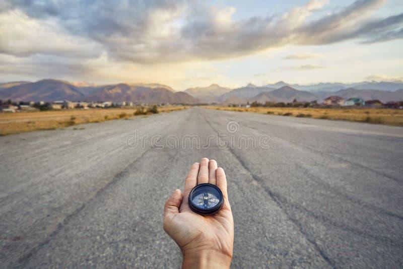 Compás en mano del viajero al aire libre foto de archivo libre de regalías