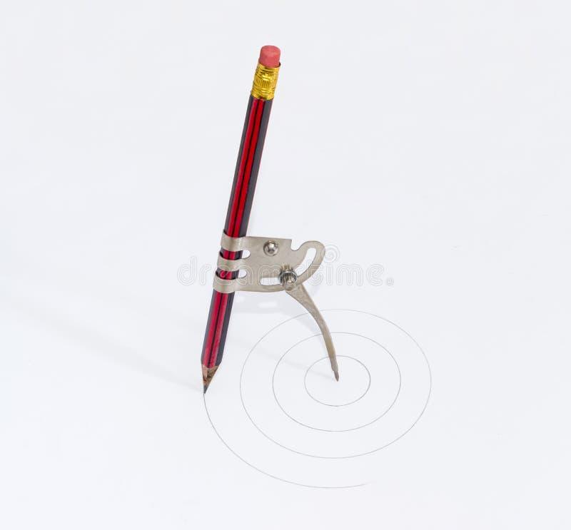 Compás simple del metal de la escuela con un lápiz insertado fotos de archivo