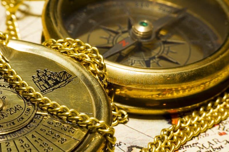Compás y calendario del oro del viejo estilo foto de archivo libre de regalías
