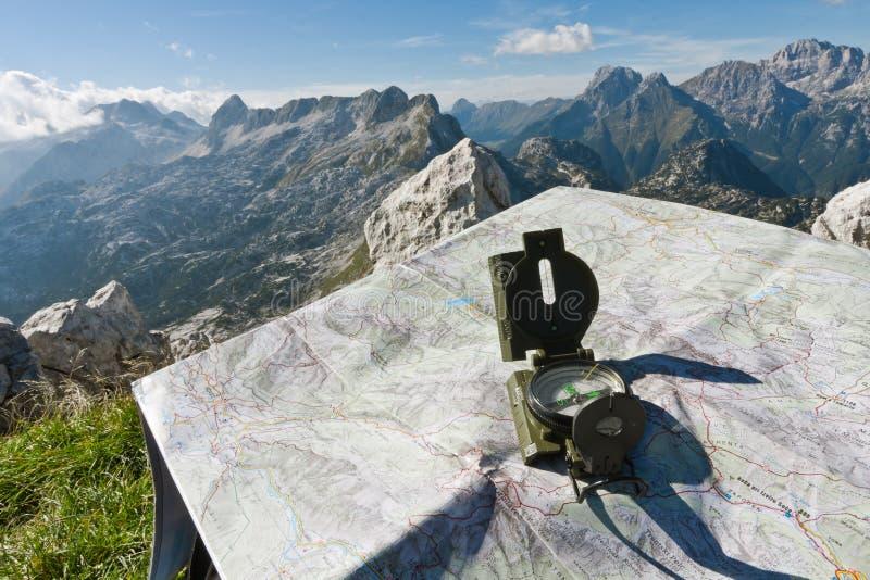 Compás y mapa en una montaña fotografía de archivo