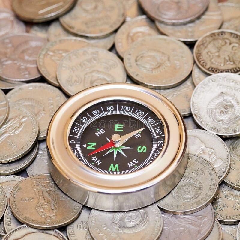 Compás y monedas imagenes de archivo