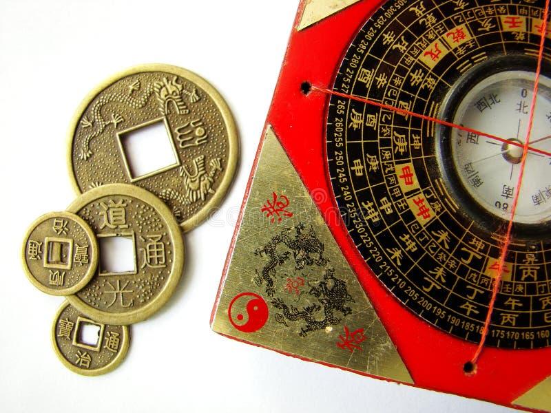 Compás y monedas del shui de Feng imágenes de archivo libres de regalías