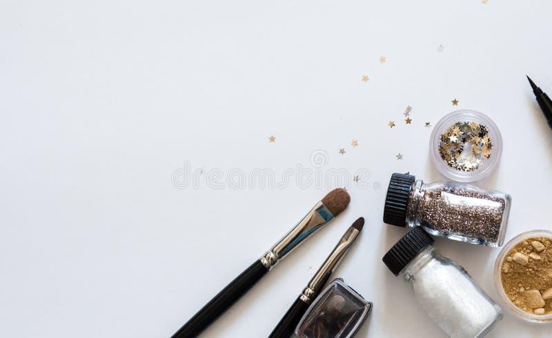 Compõe cosméticos decorativos na opinião superior do fundo branco fotos de stock royalty free