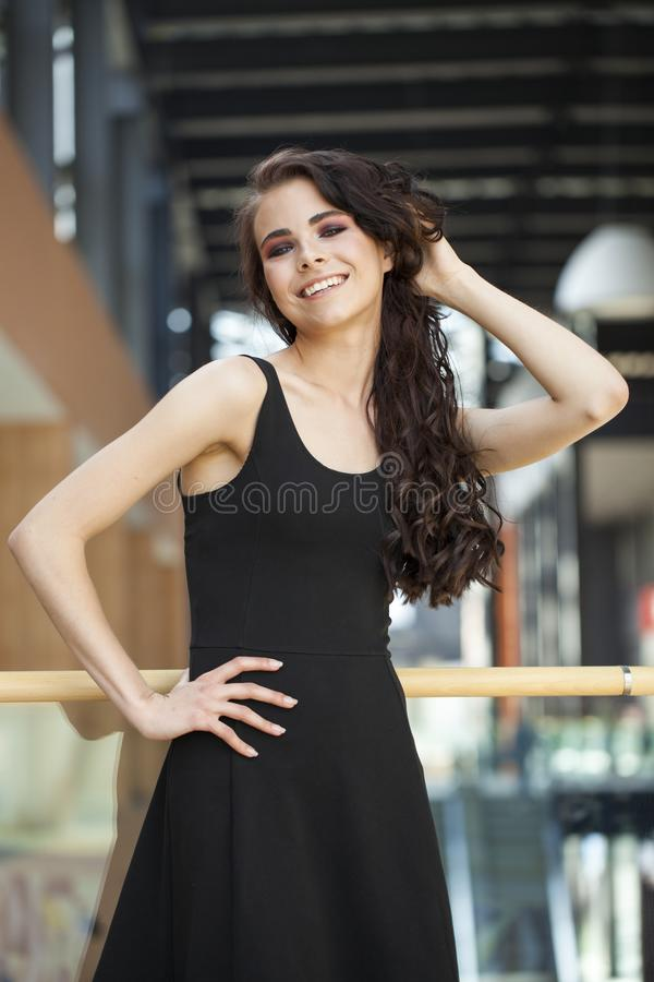 Comp?e a beleza Fim acima da mulher moreno nova do retrato no vestido preto fotos de stock