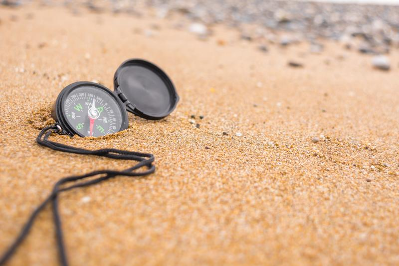 Comp?s en la playa imagen de archivo libre de regalías