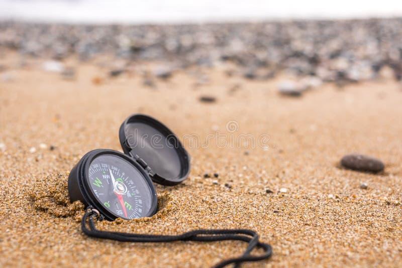 Comp?s en la playa foto de archivo