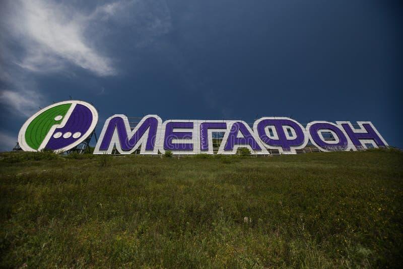 Compañía celular del anuncio en la montaña en Gelendzhik Región de Krasnodar Rusia 22 05 2016 imagenes de archivo