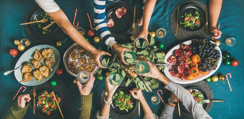 Compañía de amigos o de la reunión de la familia para la cena de la Navidad foto de archivo