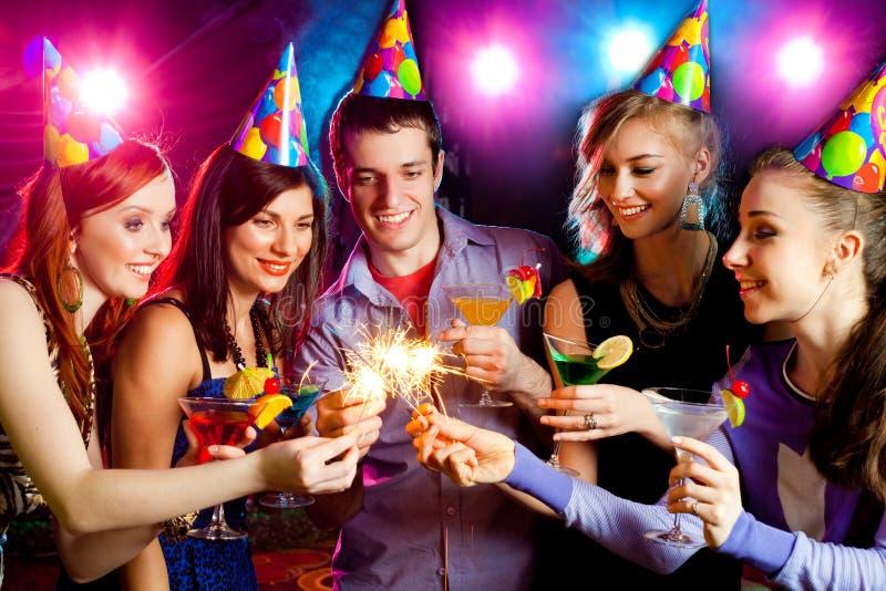 Compañía joven el día de fiesta imagenes de archivo