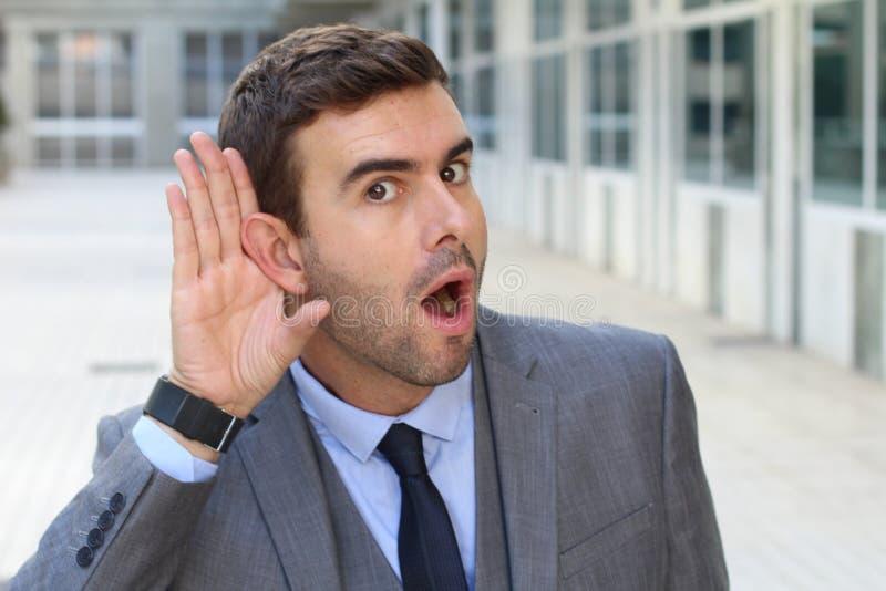 Compañero de trabajo mórbido que fascina con una rumor imagenes de archivo