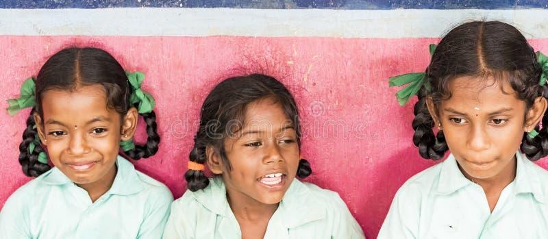 Compañeros de clase divertidos felices de las muchachas de los amigos de los niños que sonríen riéndose de la escuela Bandera, ta fotografía de archivo