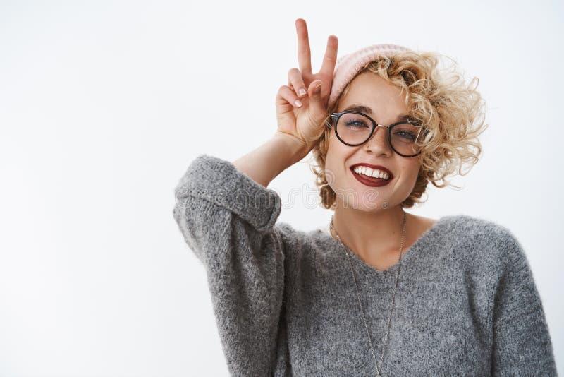 Compañeros de la paz cómo usted que hace Retrato de la mujer moderna europea elegante entusiasta y despreocupada con la nariz per foto de archivo libre de regalías