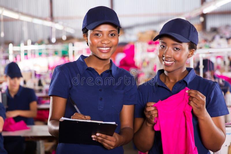 Compañeros de trabajo de la fábrica de la materia textil imagenes de archivo
