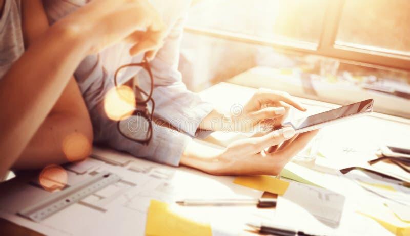Compañeros de trabajo de los profesionales de la mujer joven que hacen grandes soluciones del negocio Team Discussion Corporate W fotos de archivo libres de regalías