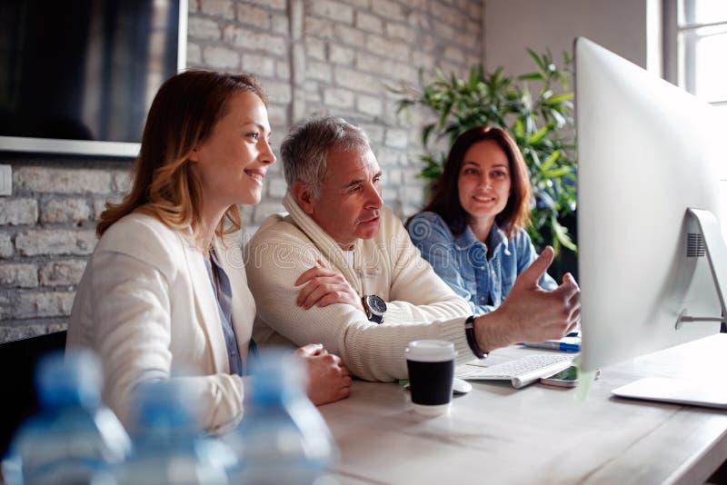 Compañeros de trabajo discusión, hablando y compartiendo ideas en la reunión del negocio imagenes de archivo