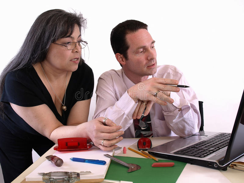 Compañeros de trabajo en el escritorio fotografía de archivo libre de regalías