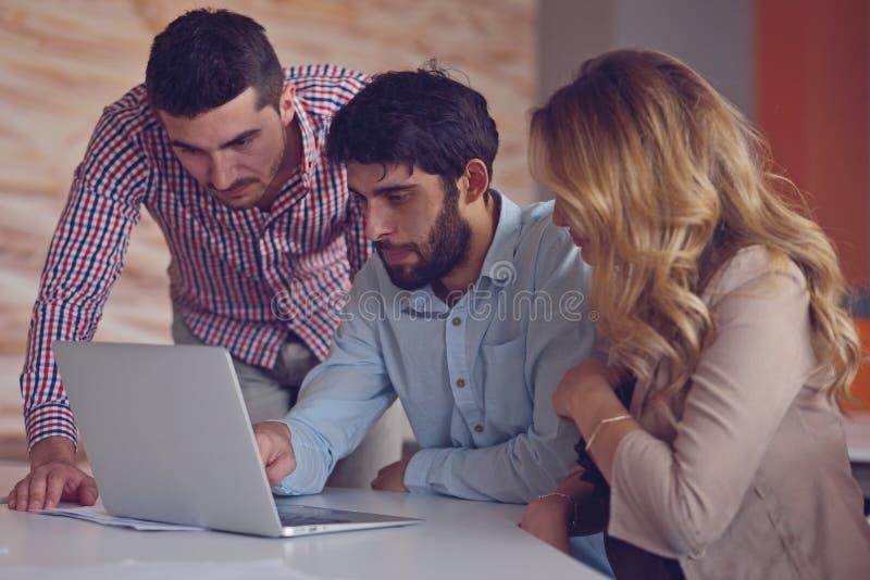 Compañeros de trabajo jovenes del grupo que toman grandes decisiones económicas Oficina moderna creativa de Team Discussion Corpo imagenes de archivo