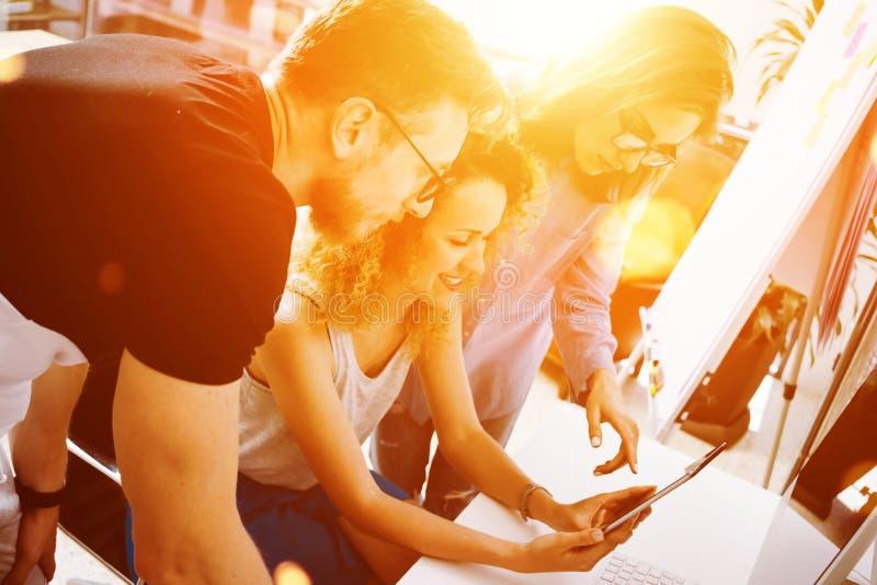 Compañeros de trabajo que toman grandes decisiones económicas Oficina moderna creativa joven de Team Discussion Corporate Work Co imagen de archivo