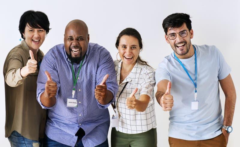 Compañeros de trabajo que trabajan junto en la oficina fotos de archivo