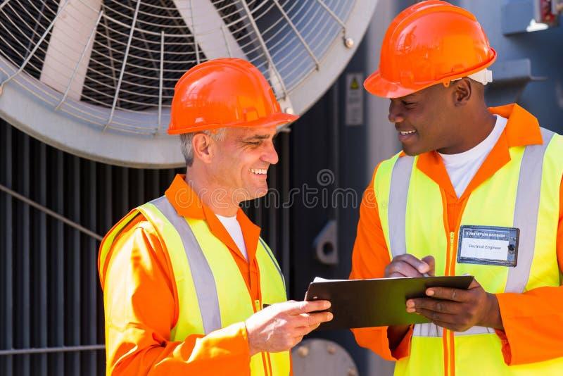 Compañeros de trabajo técnicos de la compañía imagen de archivo