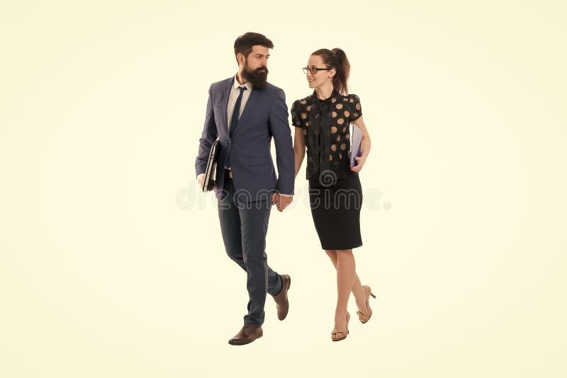 Compa?eros de trabajo jovenes businesspeople Sociedad y colaboraci?n Hombre con la barba y mujer atractiva Pares del asunto fotos de archivo libres de regalías