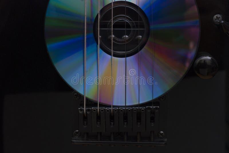 compact disc en gitaar stock afbeelding