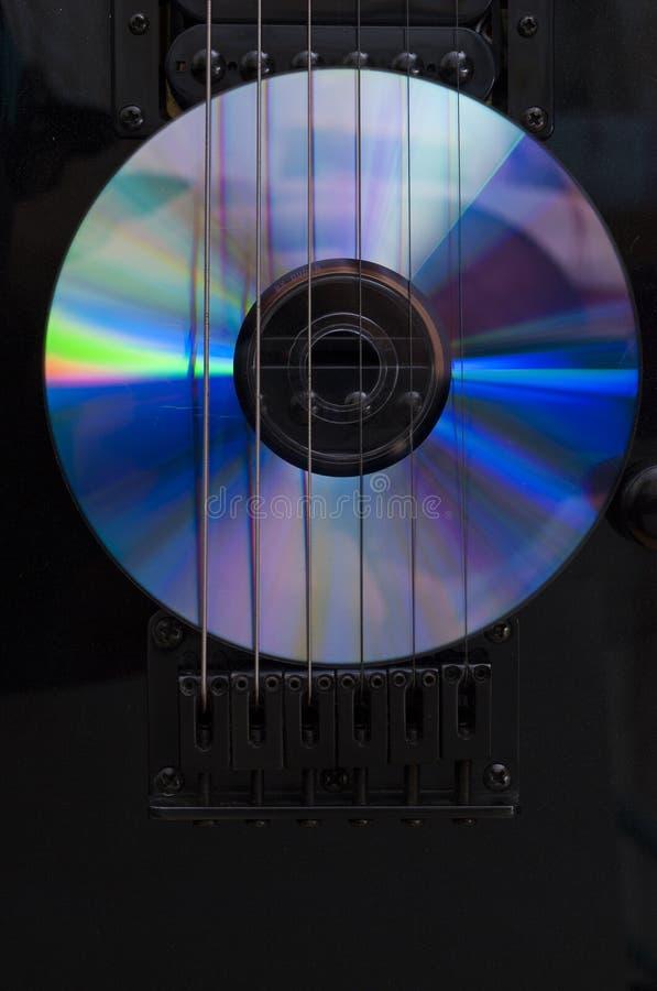 compact disc en gitaar stock afbeeldingen