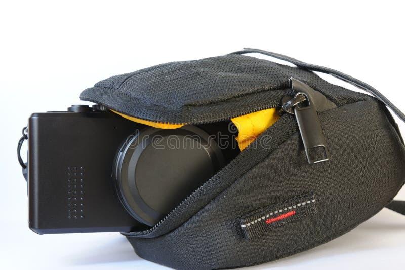 Compacte digitale camera in zak stock afbeelding