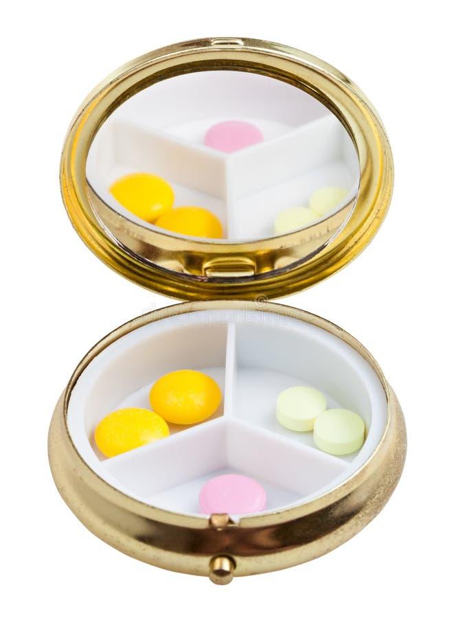 Compacte pillendoos met spiegel en verscheidene tabletten stock afbeeldingen
