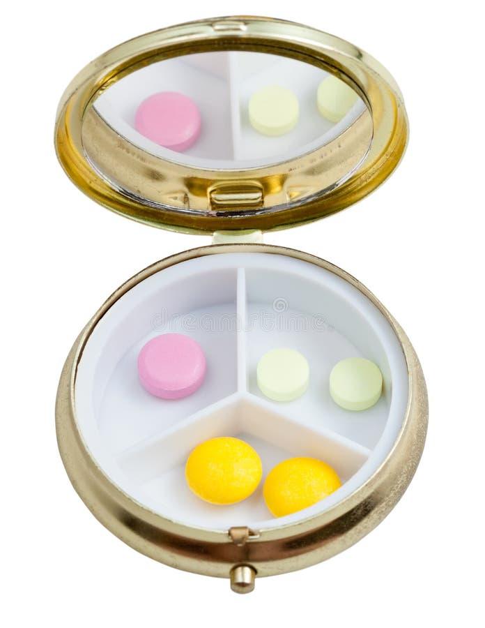 Compacte pillendoos met verscheidene tabletten royalty-vrije stock afbeelding