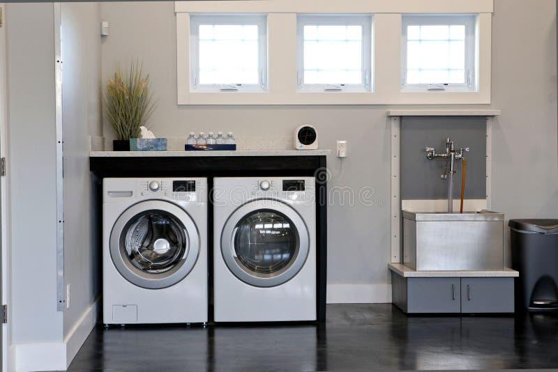 Compacte Wasmachines en mooie binnenbloem op de lijst en 2 wasmachines royalty-vrije stock afbeeldingen