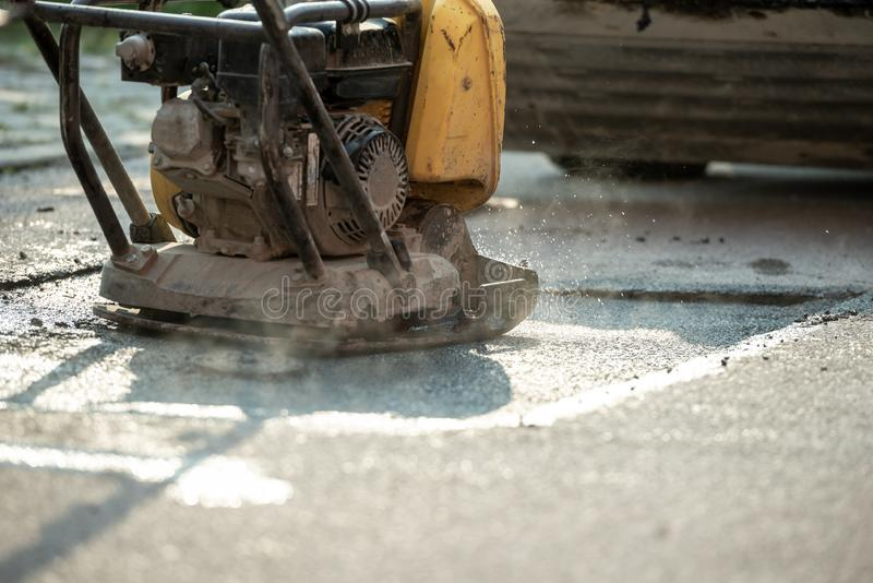 Compactor kończy ostatnią fazę kłaść nowego asfalt zdjęcia stock