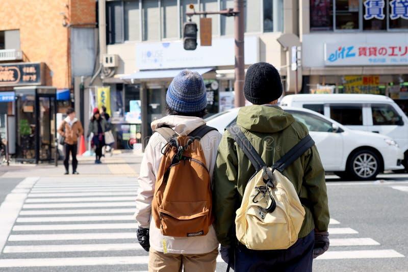 Compagni al passaggio pedonale sulla via di Kyoto, Giappone immagine stock
