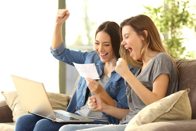 Compagni di camera emozionanti che leggono una notifica della banca fotografia stock libera da diritti