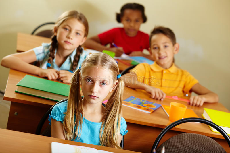 Compagni di classe alla lezione immagini stock