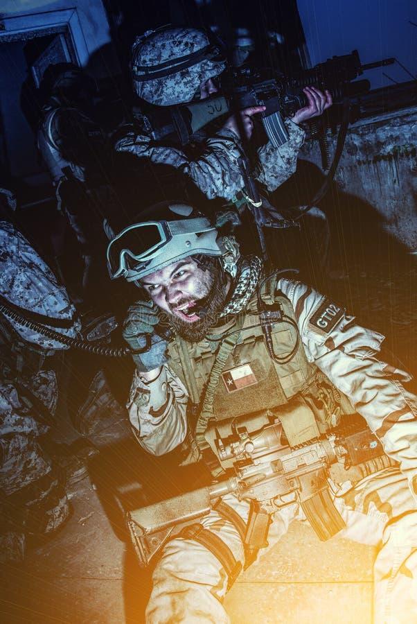 Compagni di squadra coordinati del leader della squadra dell'esercito con la radio immagine stock libera da diritti