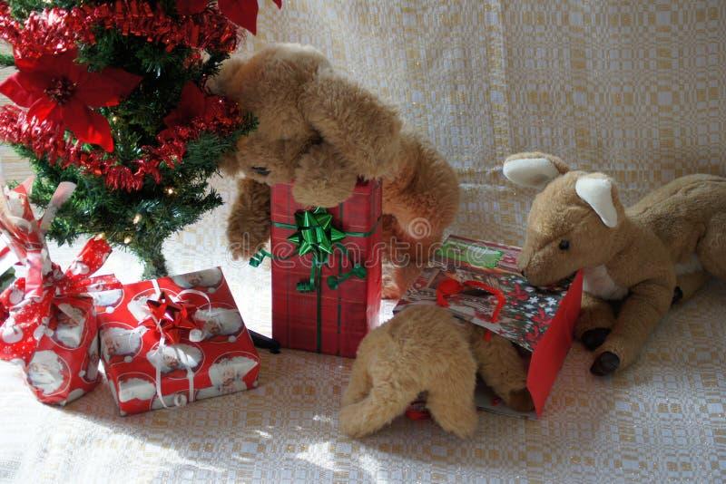 Compagni farciti e l'albero di Natale fotografia stock libera da diritti
