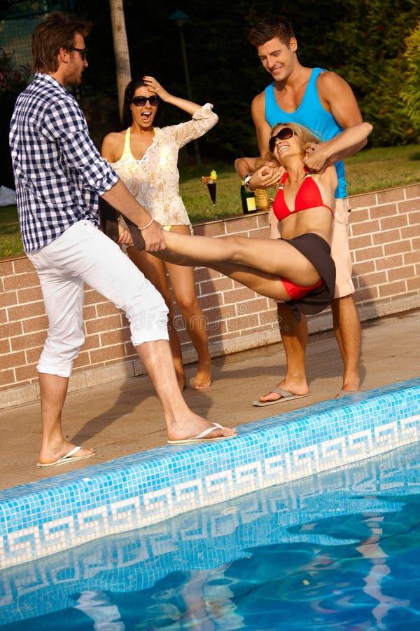 Compagnie heureuse ayant l'amusement à l'été photographie stock libre de droits