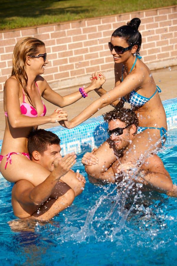 Compagnie heureuse ayant l'amusement à l'été dans le regroupement photos libres de droits