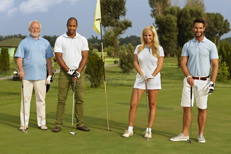 Compagnie heureuse prête pour jouer au golf photo stock