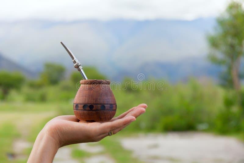 Compagnon de Yerba dans une courge traditionnelle de calebasse, main, l'espace pour votre texte photo libre de droits