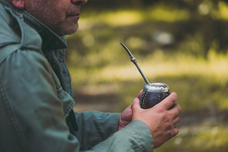Compagnon potable âgé moyen de yerba d'homme en nature Concept de voyage et d'aventure Compagnon latino-américain de yerba de boi image libre de droits