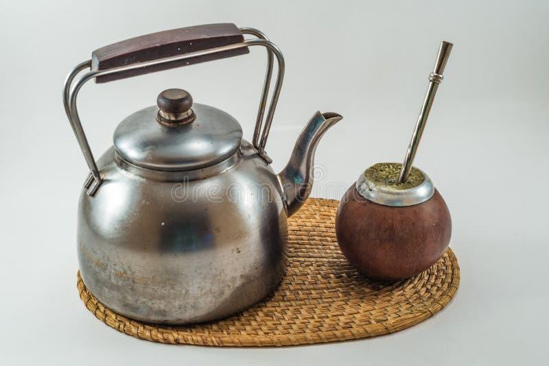 Compagnon traditionnel de Bevarage d'Argentin avec la bouilloire. Compagnon de Yerba. B images stock
