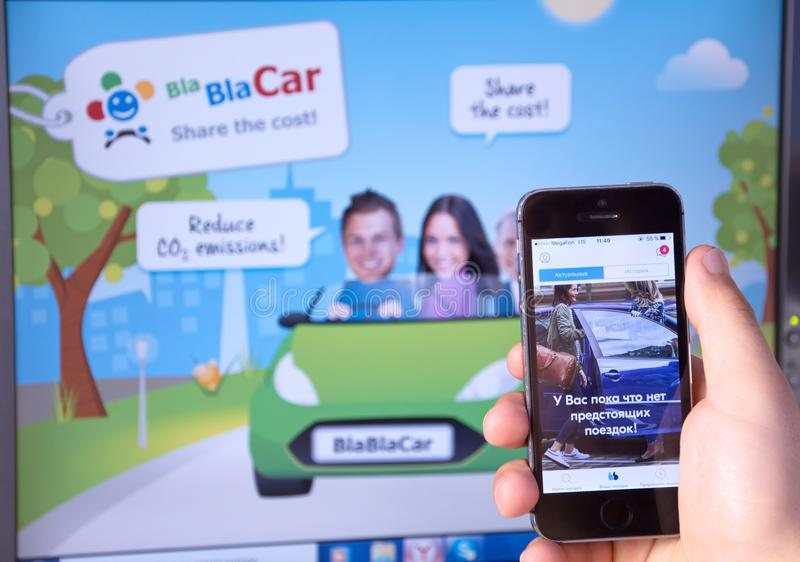Compagnons des véhicules à moteur en ligne internationaux de voyage de service de recherche de BlaBlaCar-an sur l'écran du téléph images libres de droits